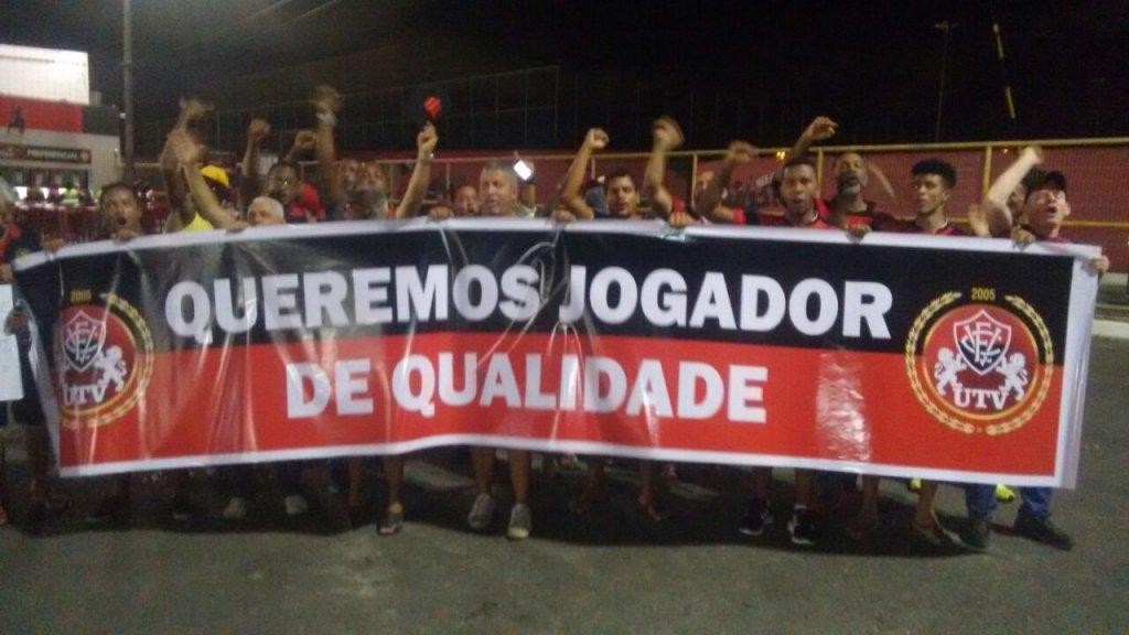 Torcedores do Vitória fazem protesto e cobram contratações no ... e0a167a158a26