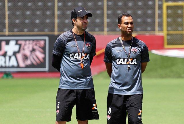 6402ff6848b80 (Técnico João Burse ao lado do auxiliar Lucas Itaberaba no Barradão. Foto   Maurícia da Matta)