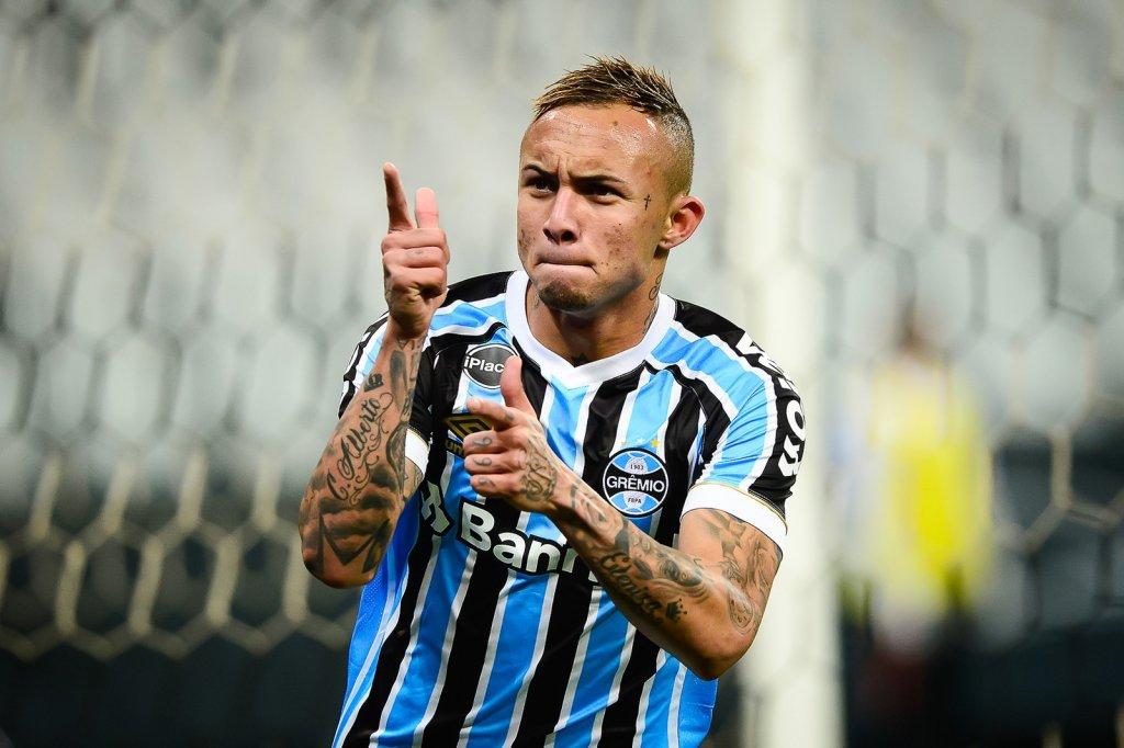 Gigante europeu pode oferecer até R  145 mi por atacante do Grêmio ... 9f63128c9a0eb
