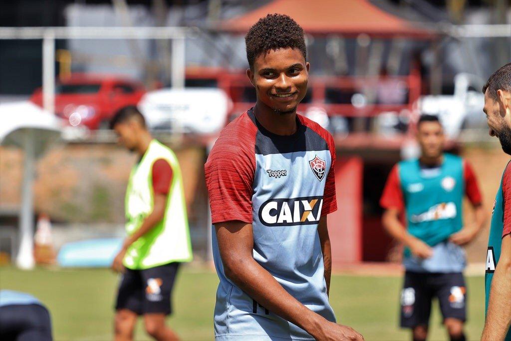 O zagueiro Lucas Ribeiro foi sondado por diversos clubes do futebol  brasileiro e mundial também. Mas o provável destino do jogador será o  Hoffenheim 243cf37288aaa