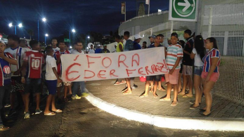 Torcedores do Bahia fazem protesto e pedem saída de gerente de ... 846ac4fef0de2